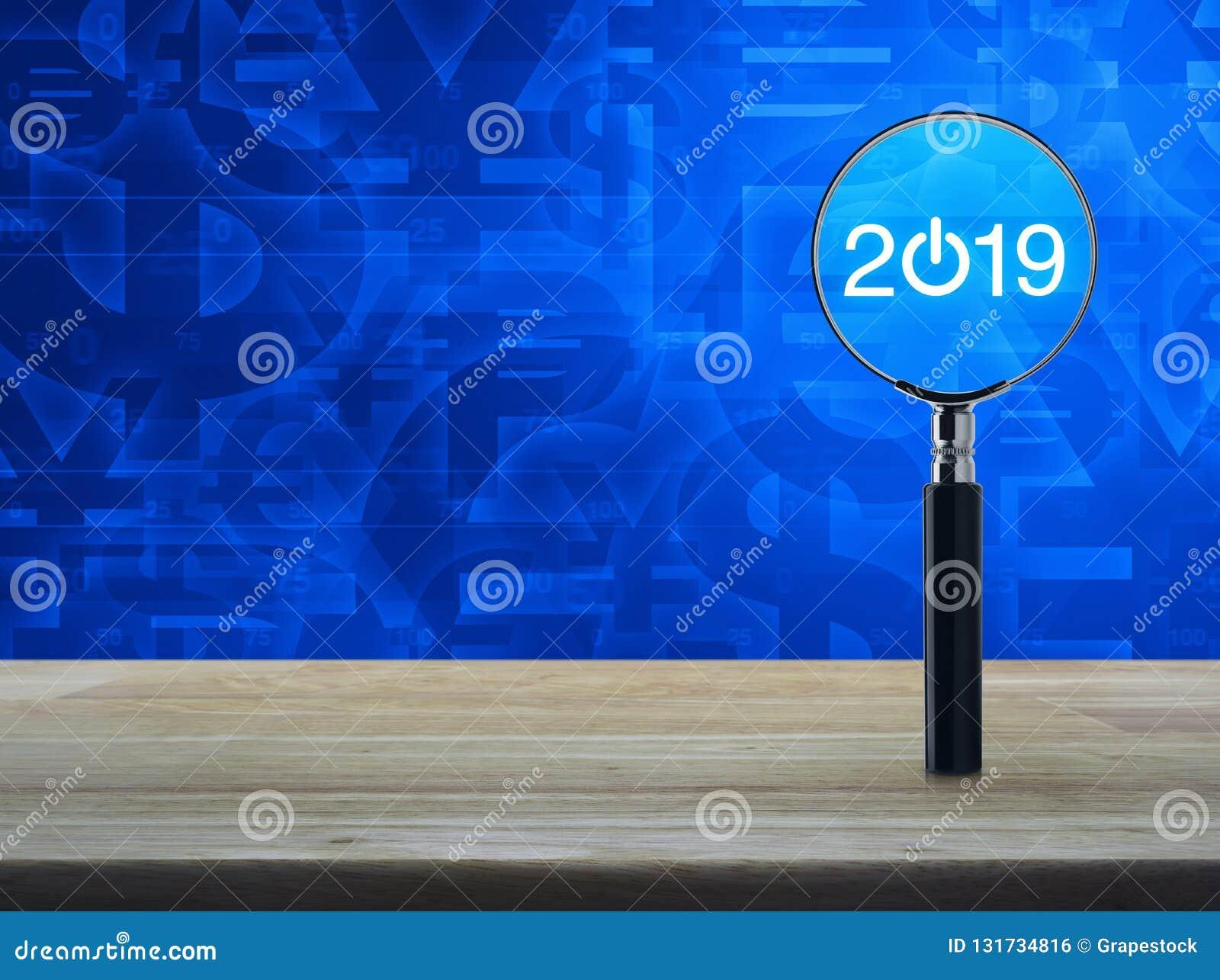 2019 começam acima o ícone liso com a lupa na tabela de madeira sobre o fundo azul do tom do símbolo de moeda, ano novo feliz do