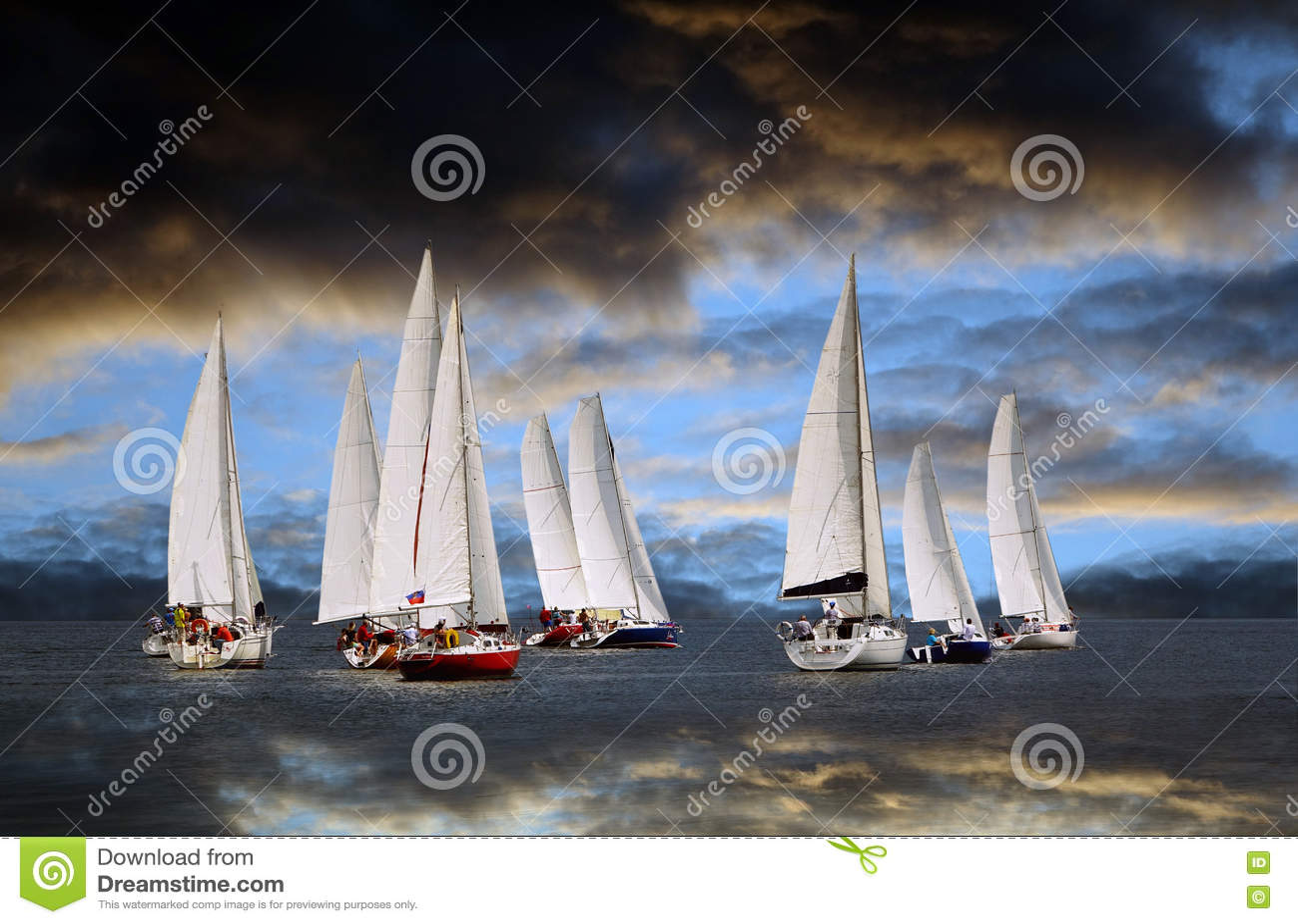 Começo de um regatta da navigação A nuvem de tempestade