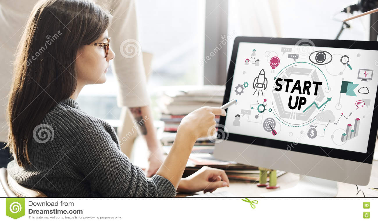 Comece acima o conceito do lançamento da empresa do desenvolvimento de negócios