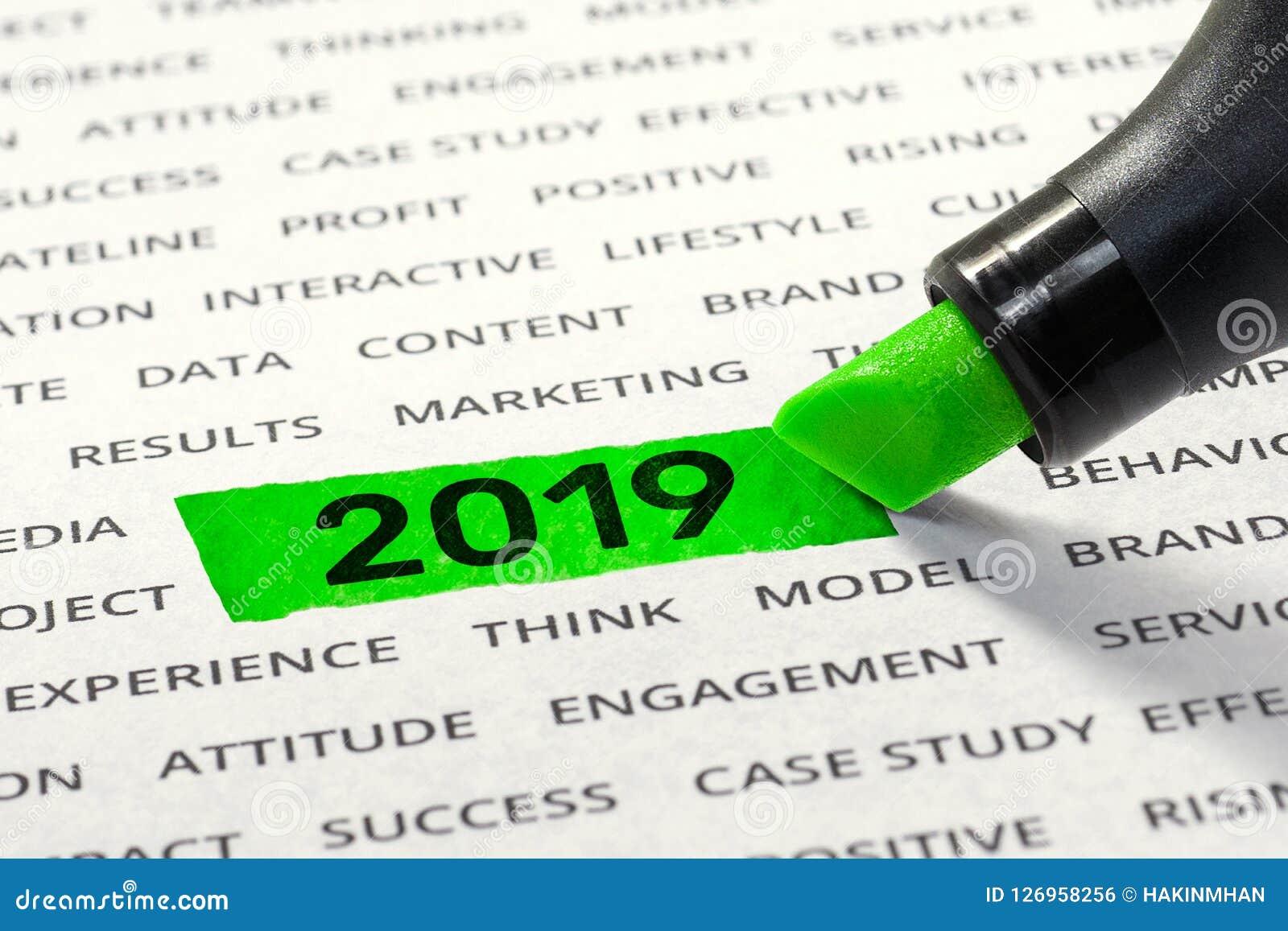 Comece o negócio para ideias dos conceitos do ano novo 2019 com highlighter
