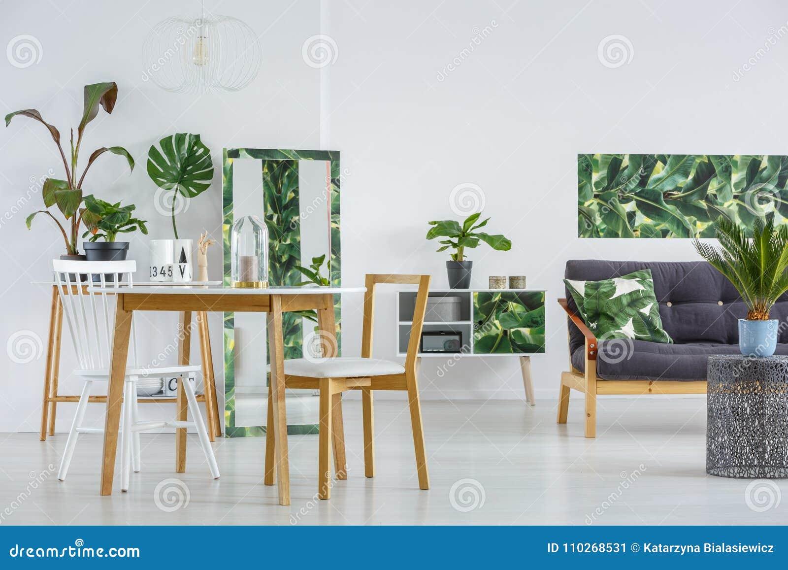Comedor con el sofá imagen de archivo. Imagen de brillante - 110268531