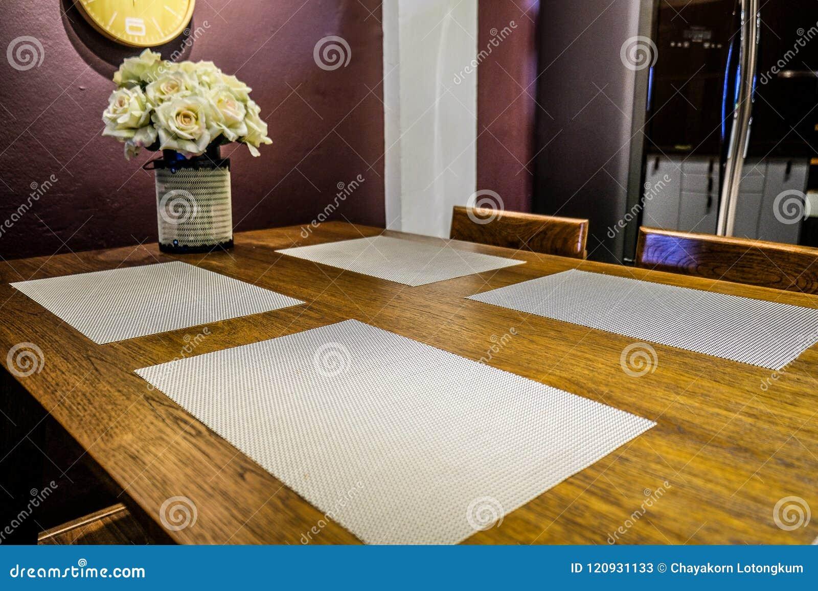 Comedor con la cena de la materia textil y de la estera de lugar