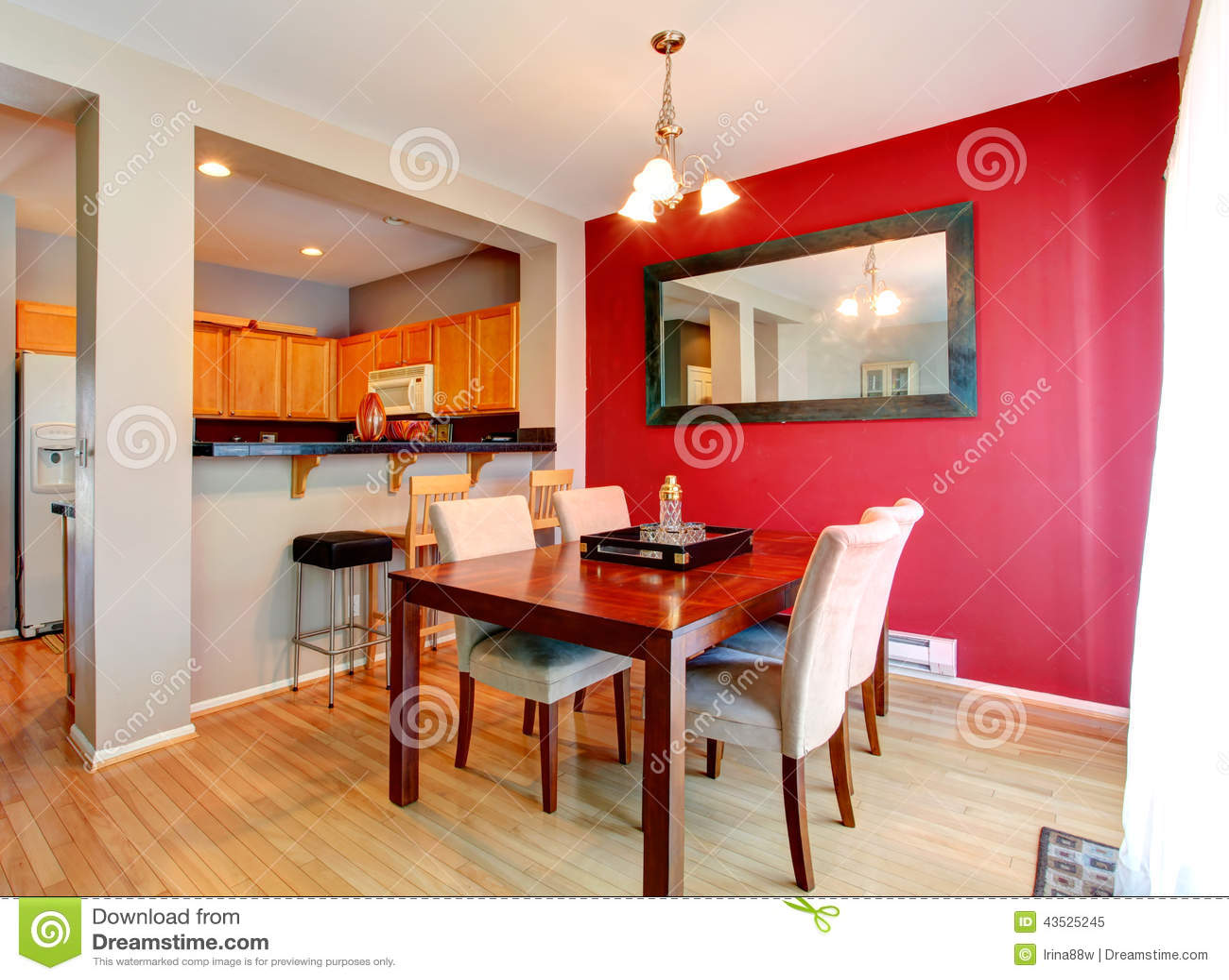 Comedor con la pared del rojo del contraste foto de - Fotos en la pared ...