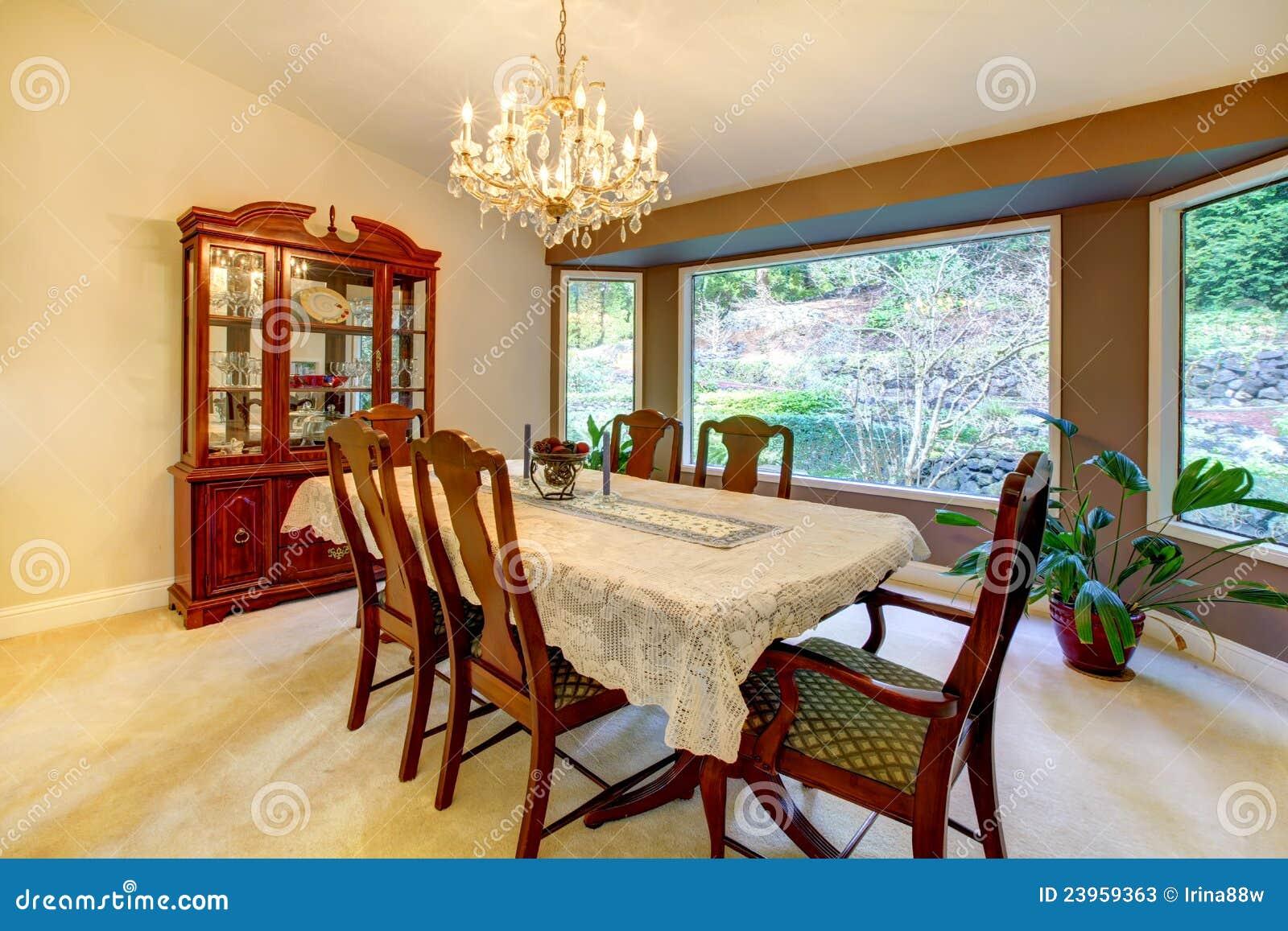 Comedor Con La Ventana Grande En Casa Americana. Imagen de archivo ...
