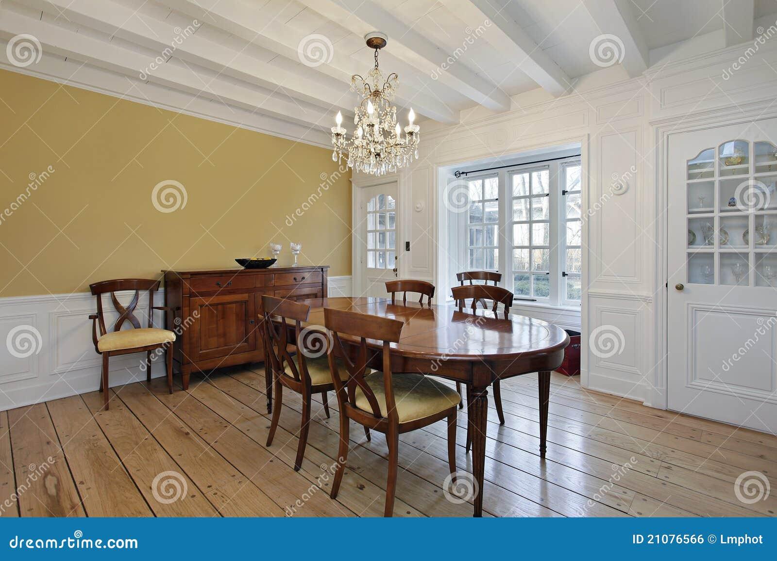 Comedor con las vigas de madera del techo blanco foto de for Comedor blanco y madera