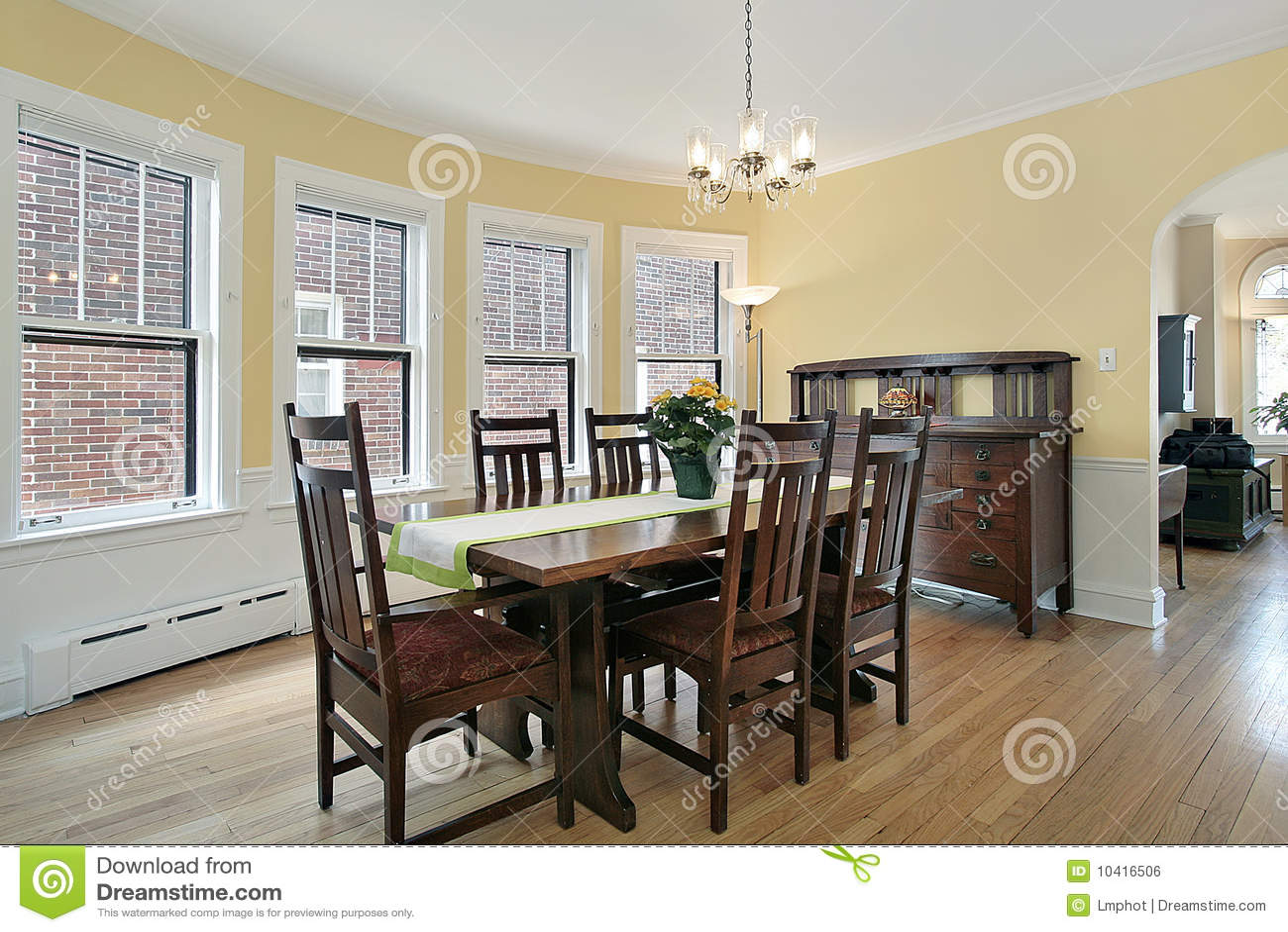 Comedor con los muebles de madera imagen de archivo libre for Muebles de comedor en madera