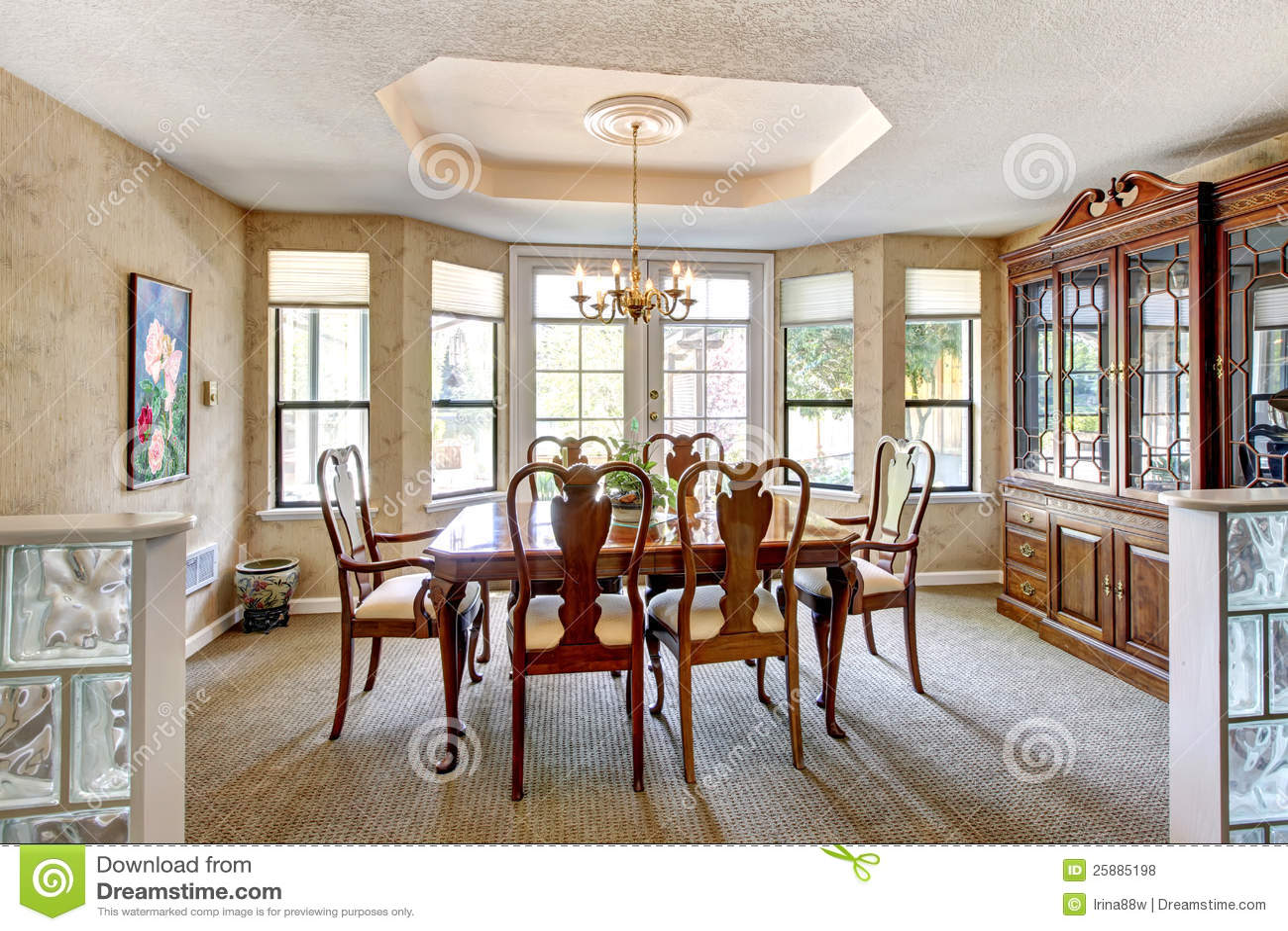Comedor elegante con muebles antiguos for Comedor vector