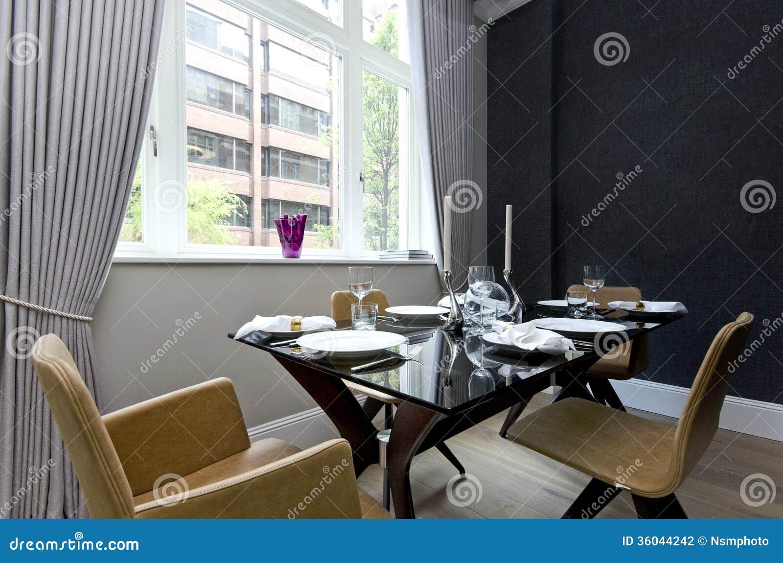 Comedor moderno con la cena puesta para cuatro