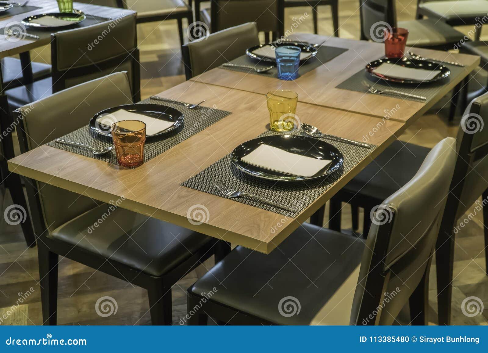Comedor Moderno Con La Mesa De Comedor Pequeña Profundidad Del Campo ...