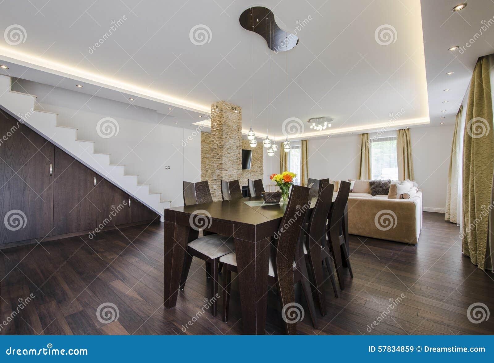 Comedor moderno entre la sala de estar y la cocina foto de for Cocina estar comedor
