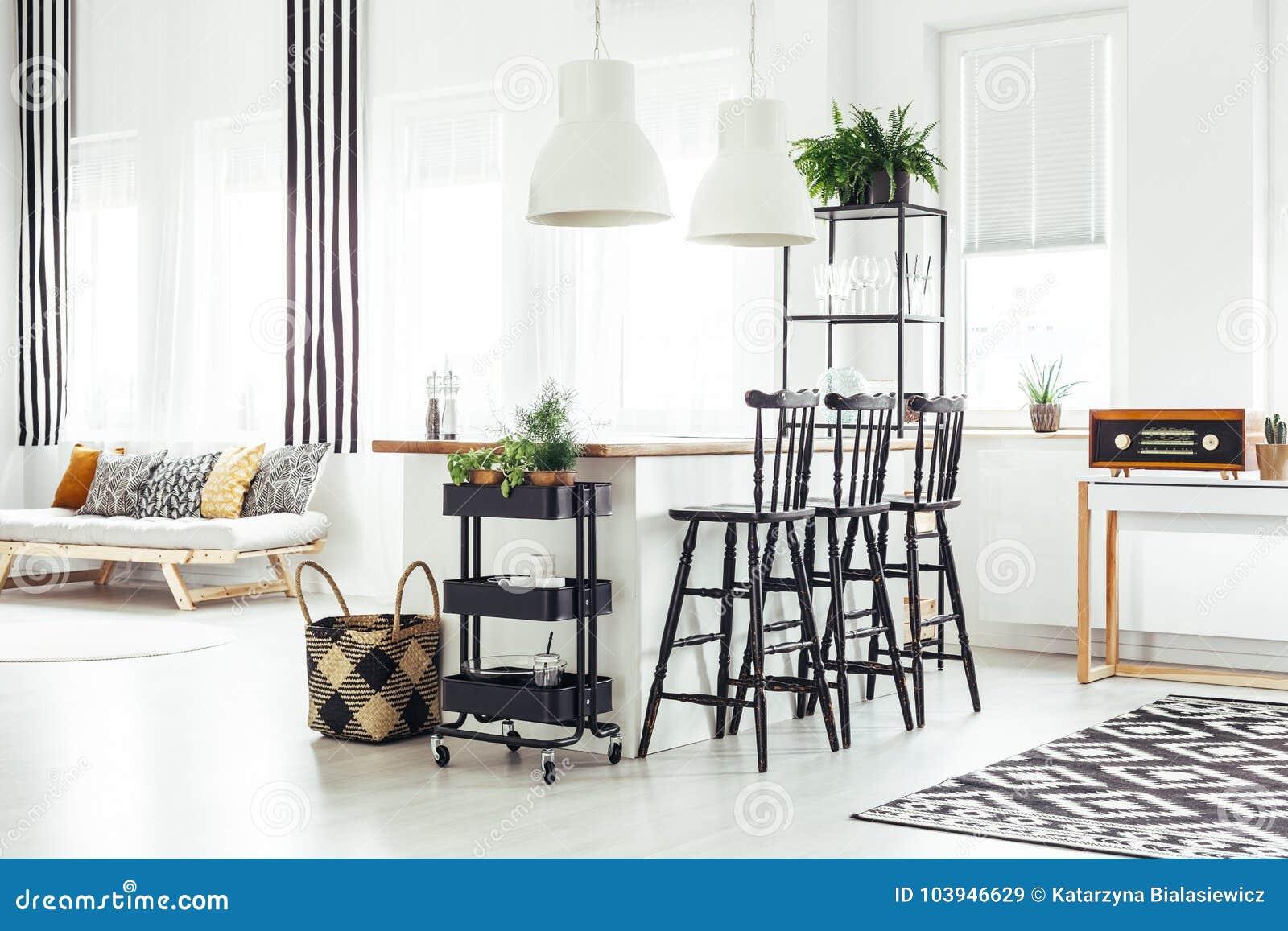Comedor rústico moderno imagen de archivo. Imagen de muebles - 103946629