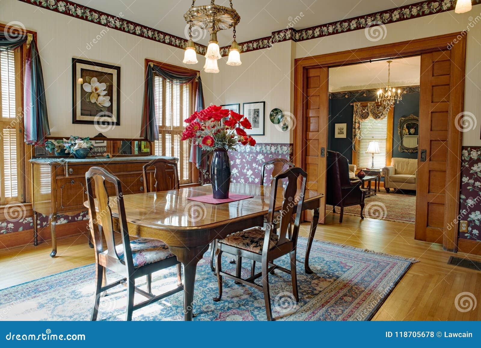 Comedor Victoriano Con Las Puertas Del Bolsillo Foto de ...