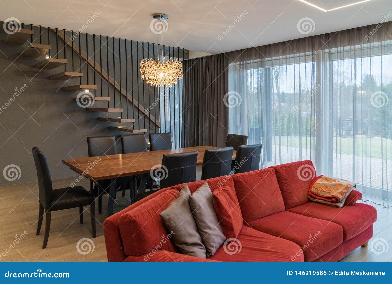 Comedor y sala de estar dentro de la casa moderna