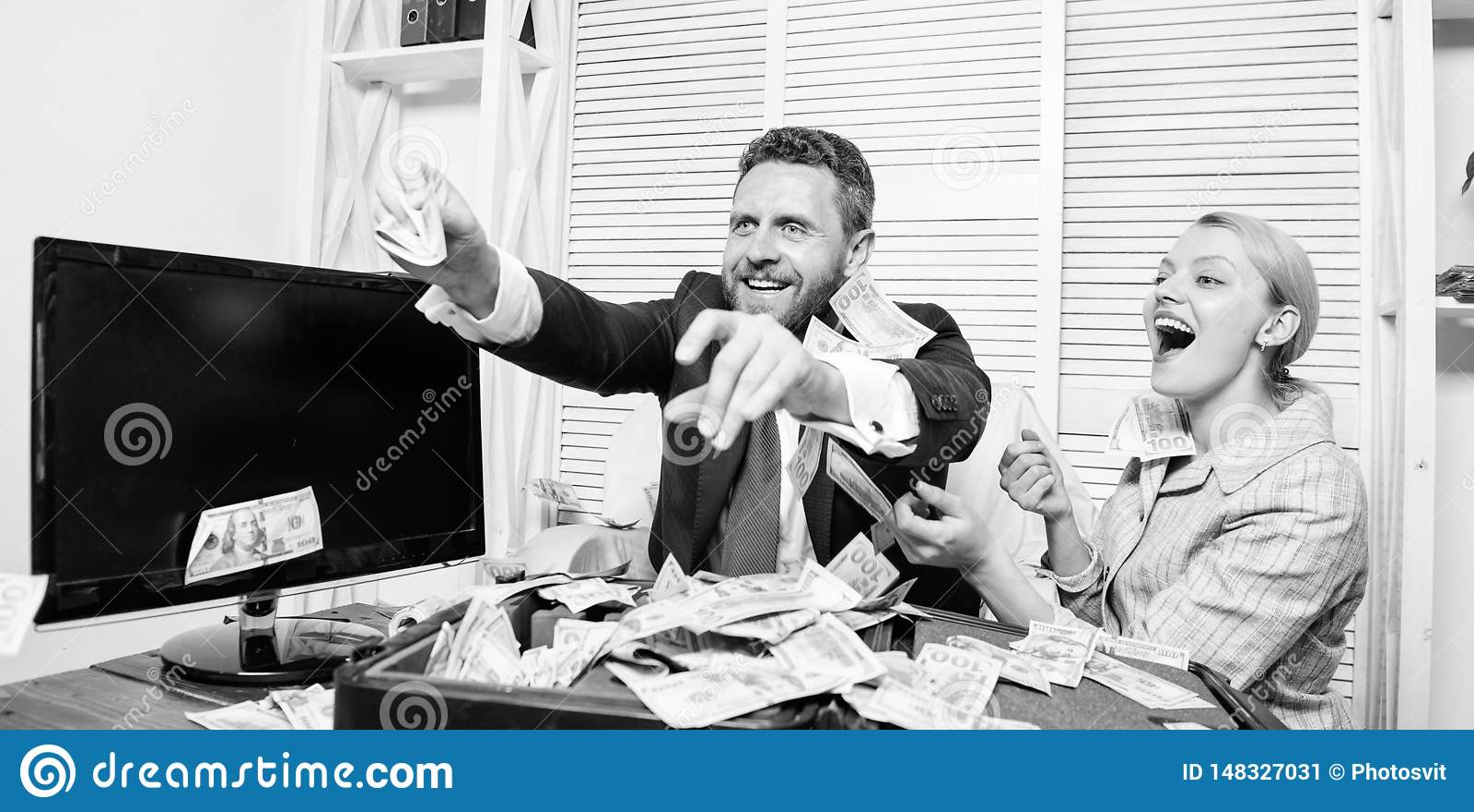 Comemore o lucro Pontas f?ceis do neg?cio do lucro Os colegas felizes alegres do homem e da mulher jogam acima c?dulas do d?lar l