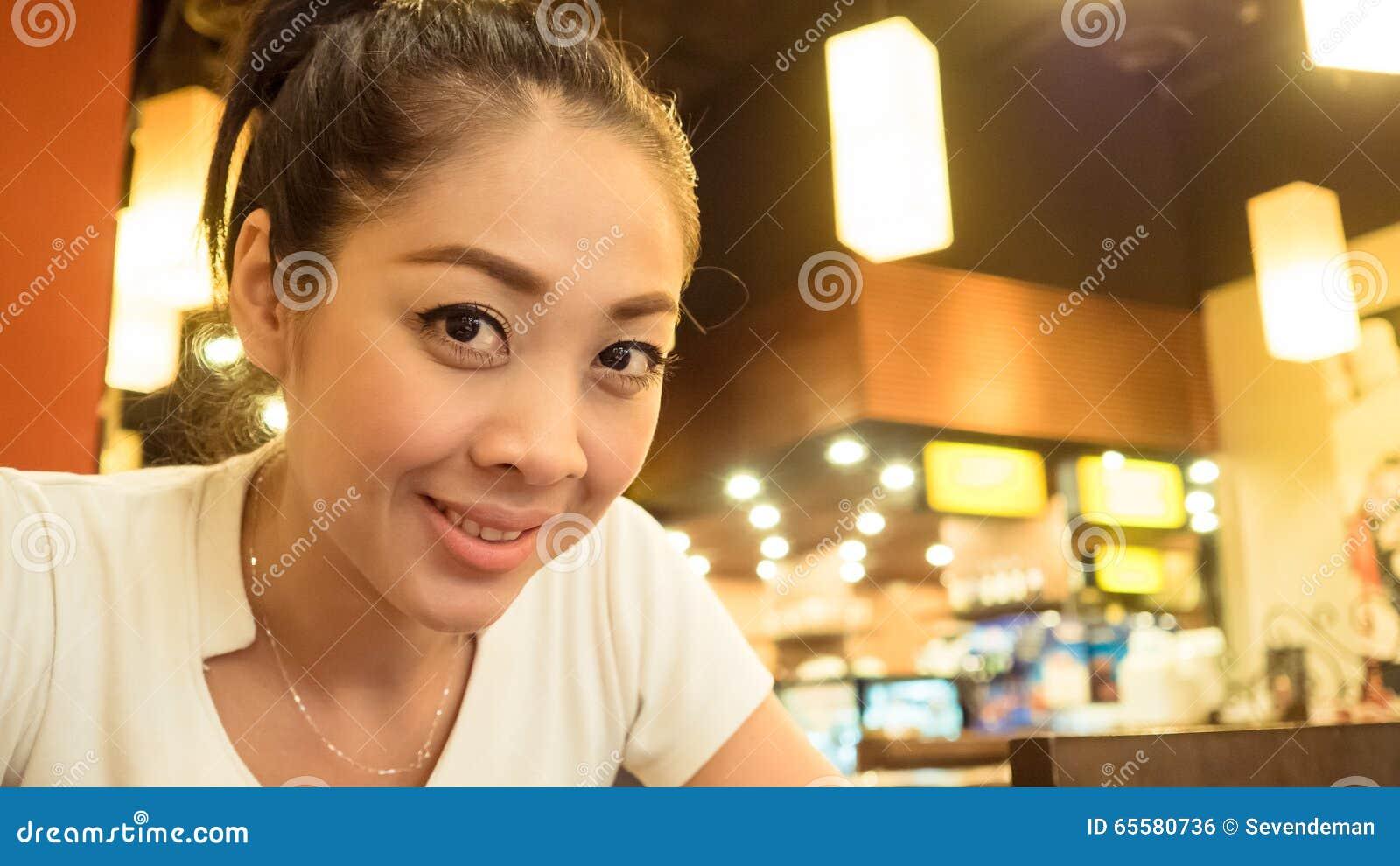 Comer asiático da mulher