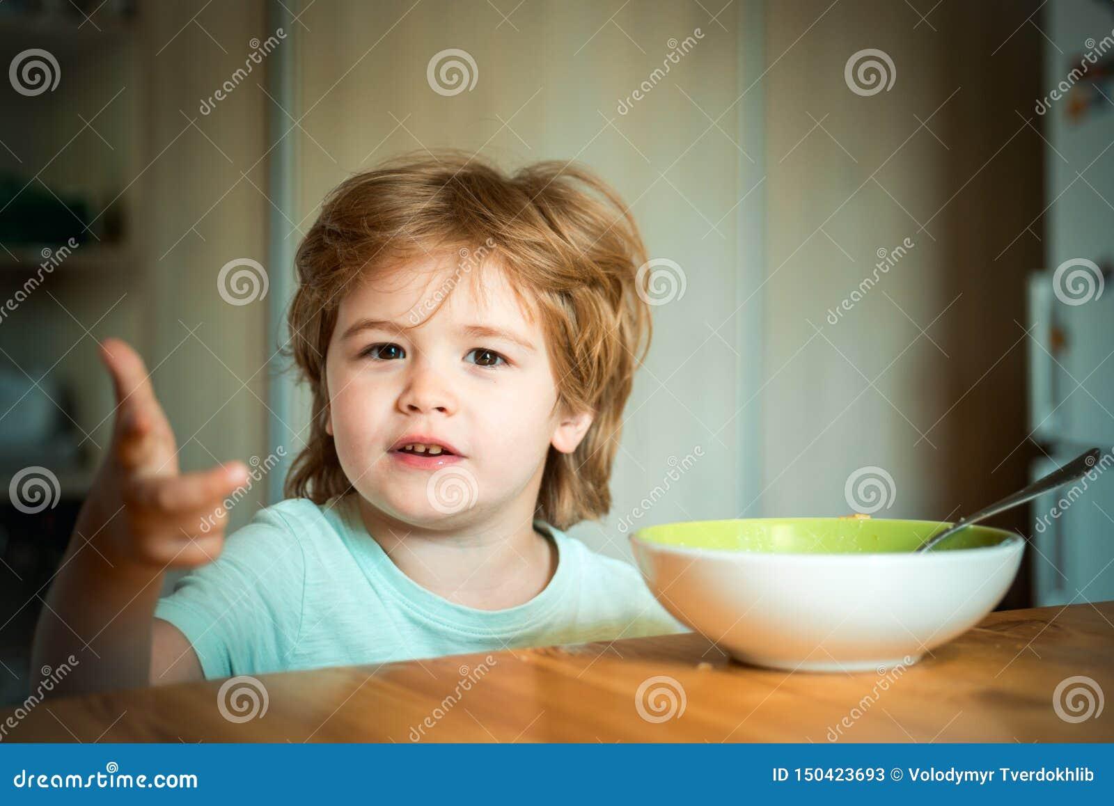 Comer do beb? Alimento e bebida para a criança O beb? pequeno est? comendo Bom dia na família feliz childcare Ra??o do ver?o