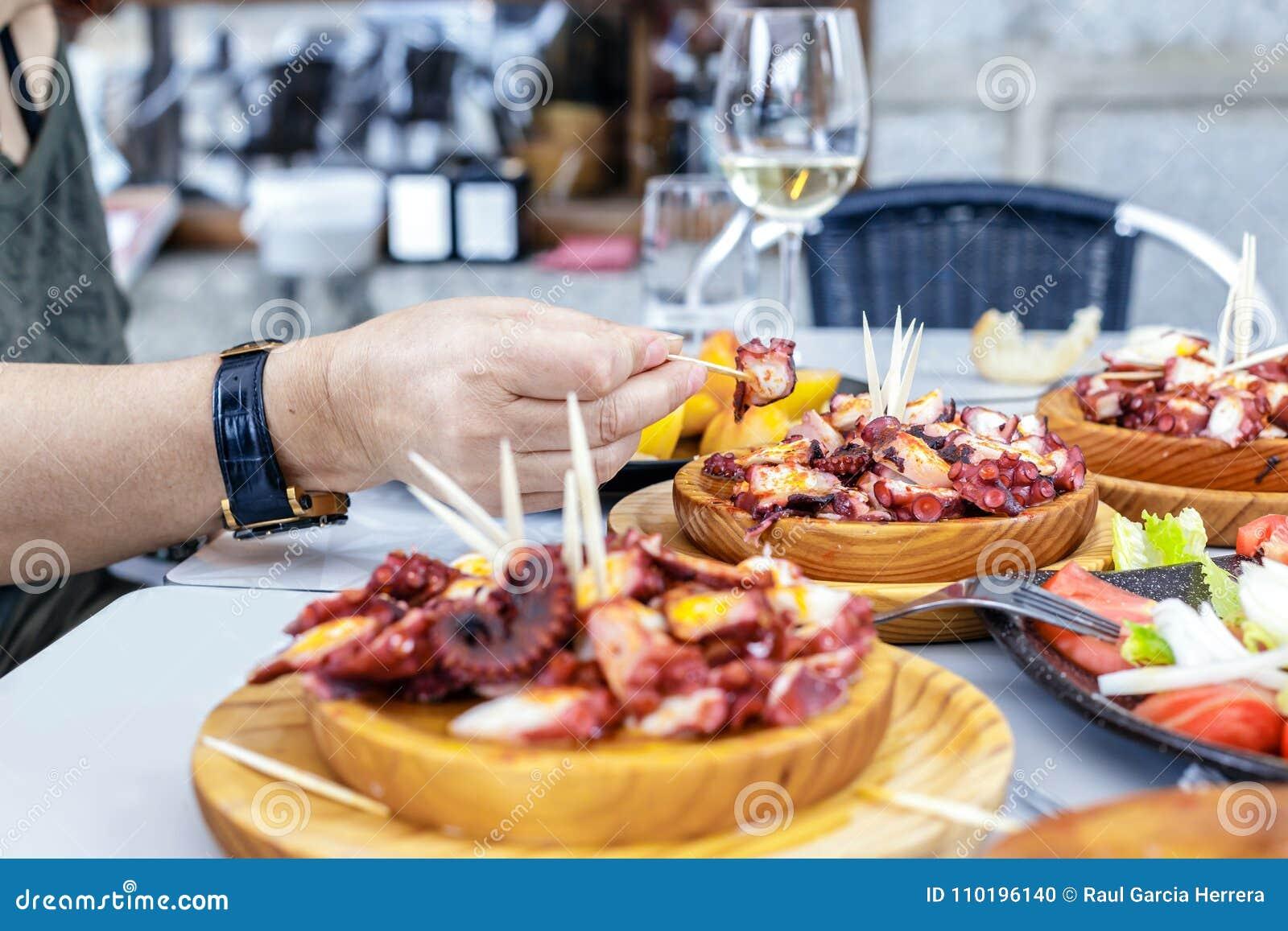 Comer Pulpo dos povos um la Gallega com batatas Pratos galegos do polvo