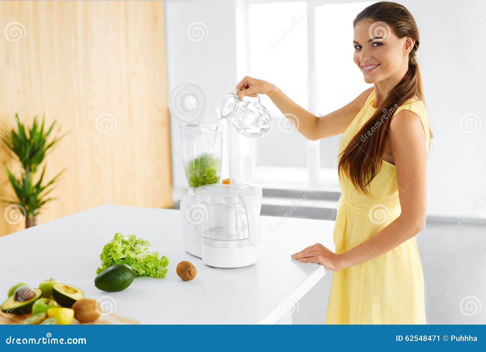 Comer saudável Mulher do vegetariano que prepara o suco verde da desintoxicação Dieta, alimento