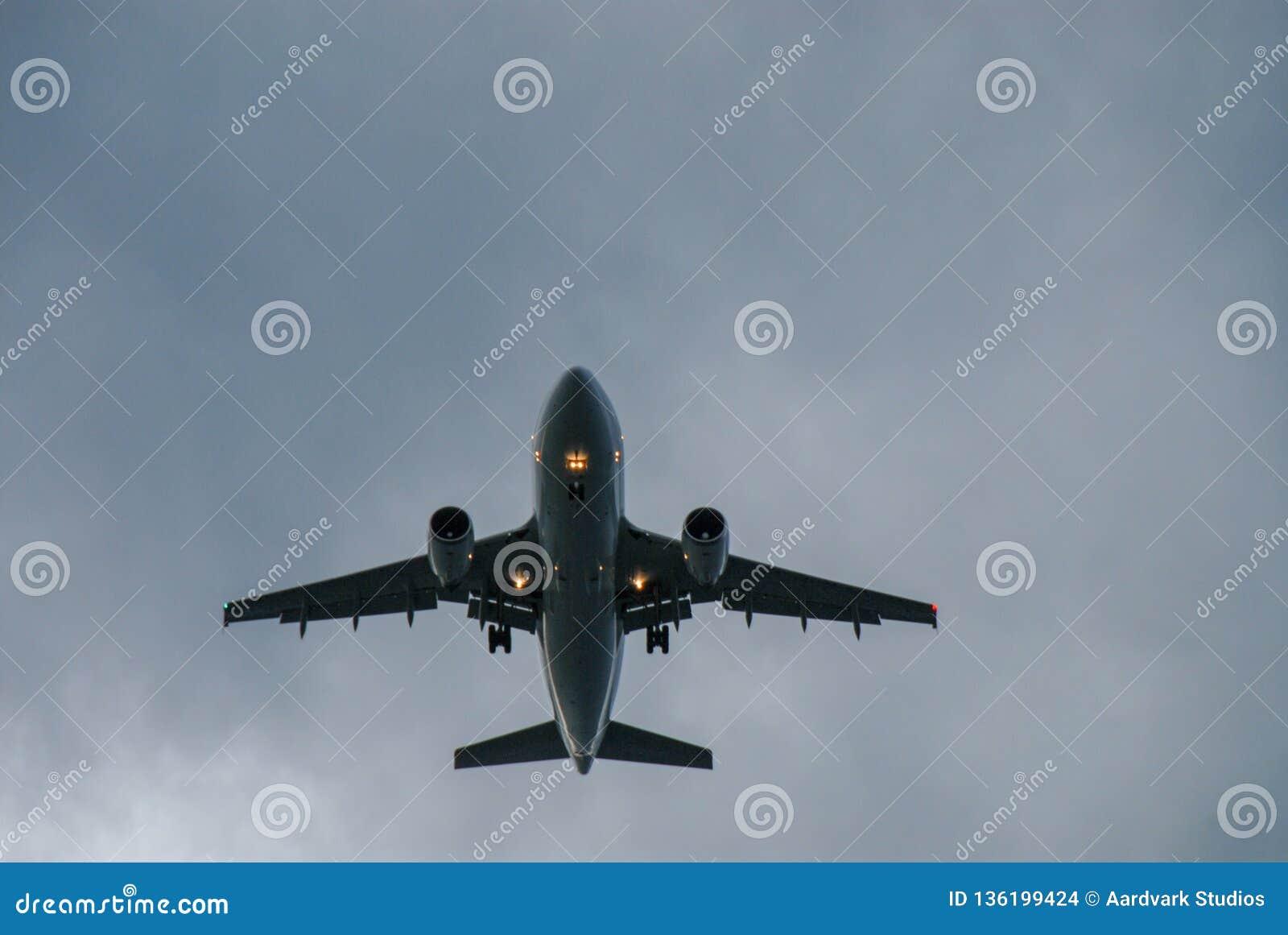 Comercial flygplan som tar av i aftonen