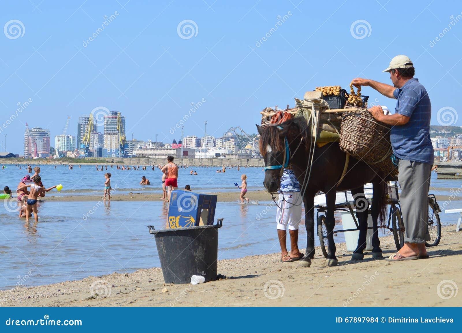 Comerciantes na praia de Durres