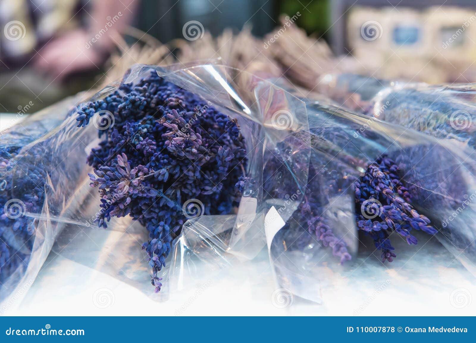 50a0a41ac66c Comercio al por mayor y al por menor en flores en la acción El concepto del  negocio y de las compras de la flor Un marco horizontal
