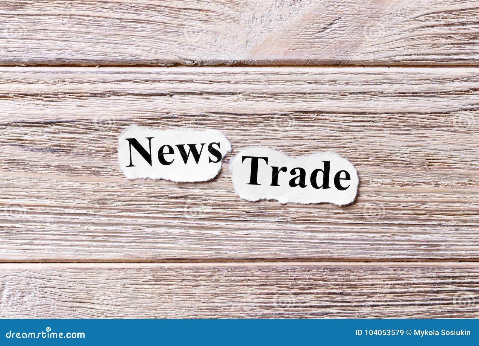Comercio de las noticias de la palabra en el papel Concepto Las palabras de noticias negocian en un fondo de madera