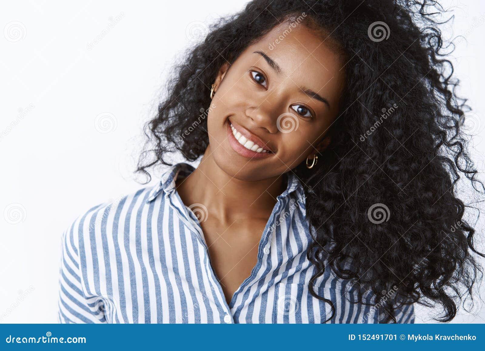Comestology, skincare, styl życia pojęcie Beztroska młoda ciemnoskóra kobiety plandeki głowa joyfully uśmiecha się białych zęby