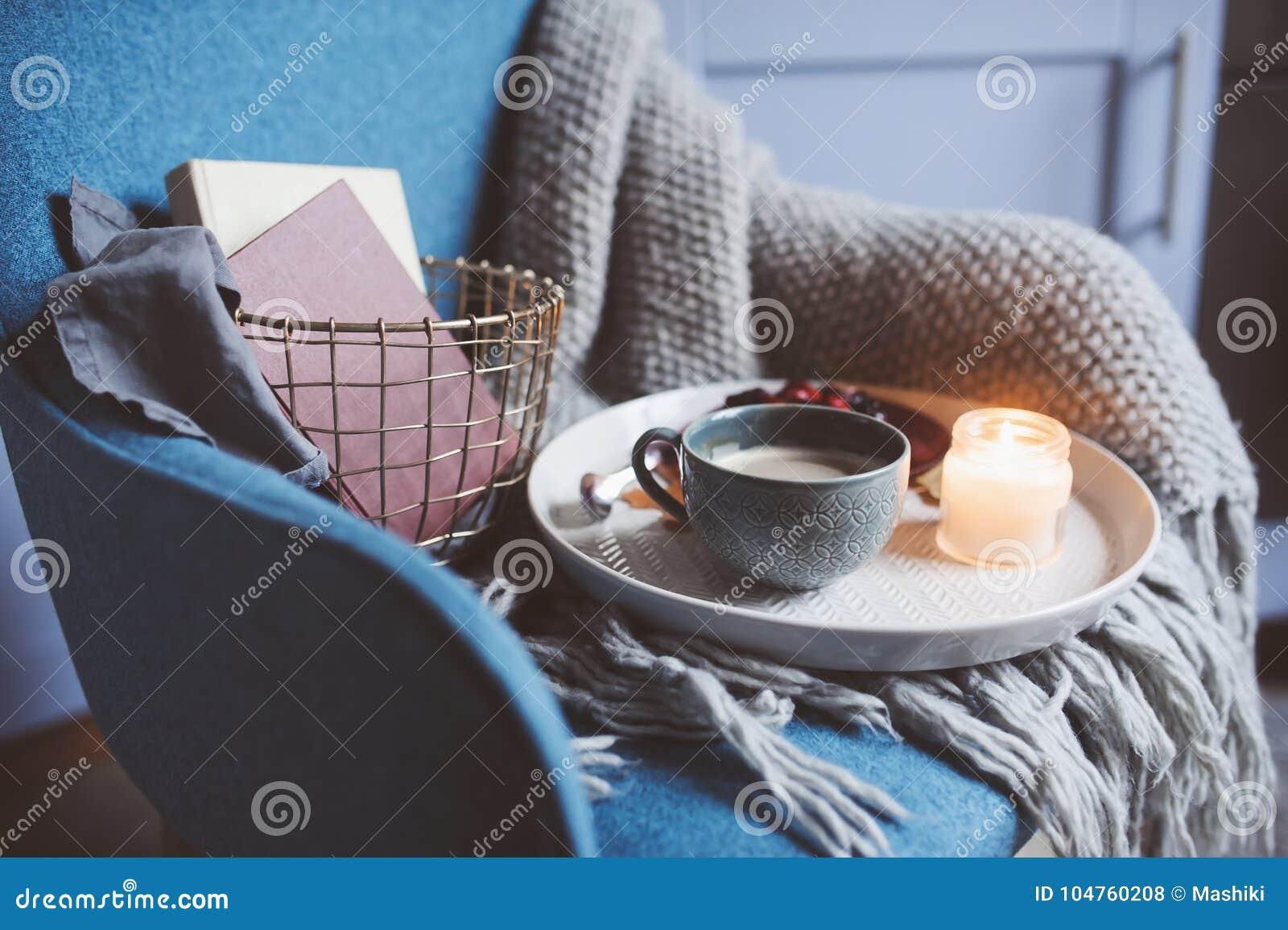 Comfortabel de winterweekend thuis De ochtend met koffie of cacao, boeken, verwarmt gebreide algemene en noordse stijlstoel Hygge