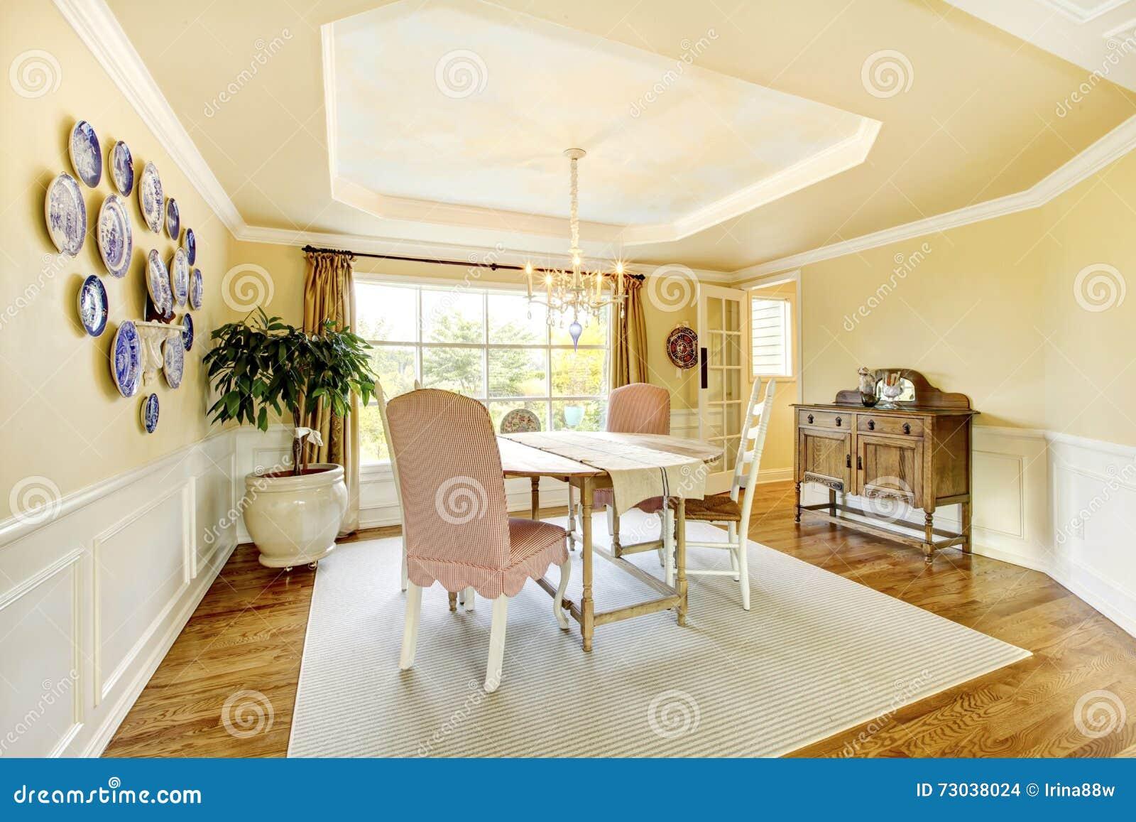 Comfortabel Geel Amerikaans Woonkamer Binnenlands Ontwerp Met Platen ...