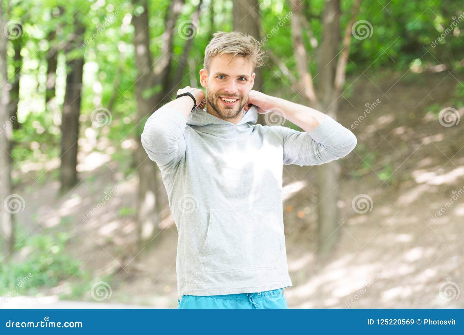 Comfortabel het voelen Kerel gebaarde aantrekkelijke toevallige gezette kap  Mens met varkenshaar het glimlachen de achtergrond v