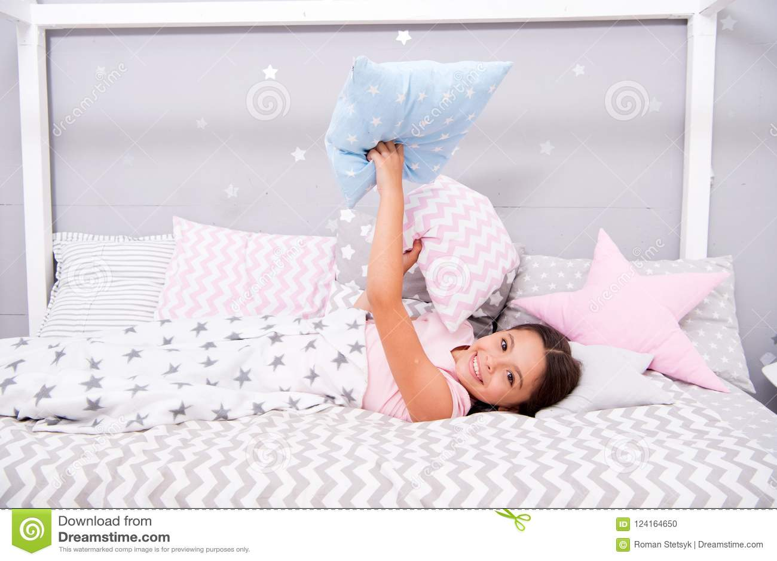 Comfortabel hoofdkussen Legt het meisjes glimlachende kind het patroonhoofdkussens van de bedster en plaidslaapkamer Beddegoed vo