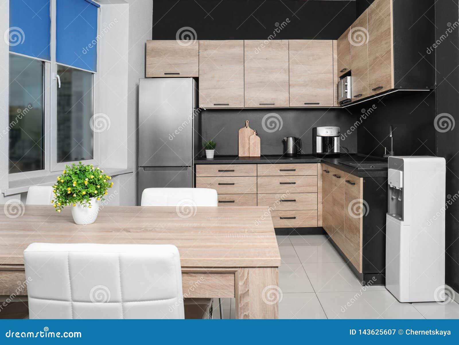 Comfortabel modern keukenbinnenland met nieuw meubilair
