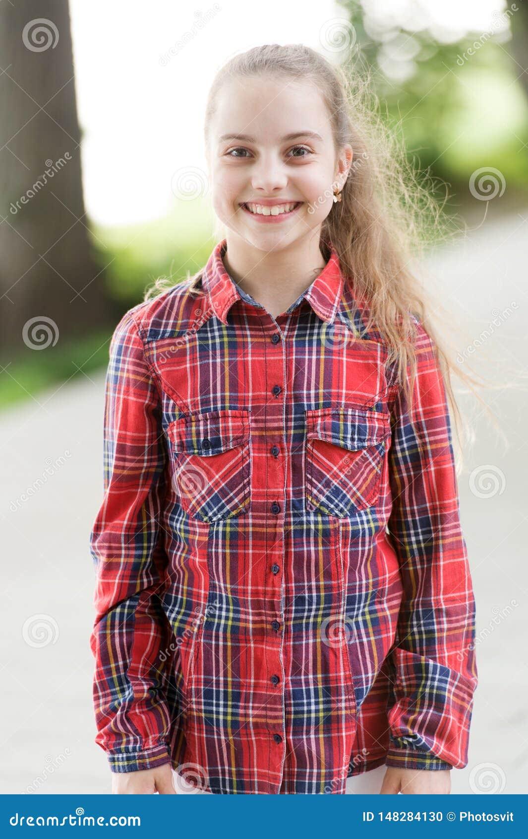 Comfortabel om te dragen en timelessly modieus Gelukkig modieus kind Weinig leuk meisje met het lange blonde haar modieus dragen
