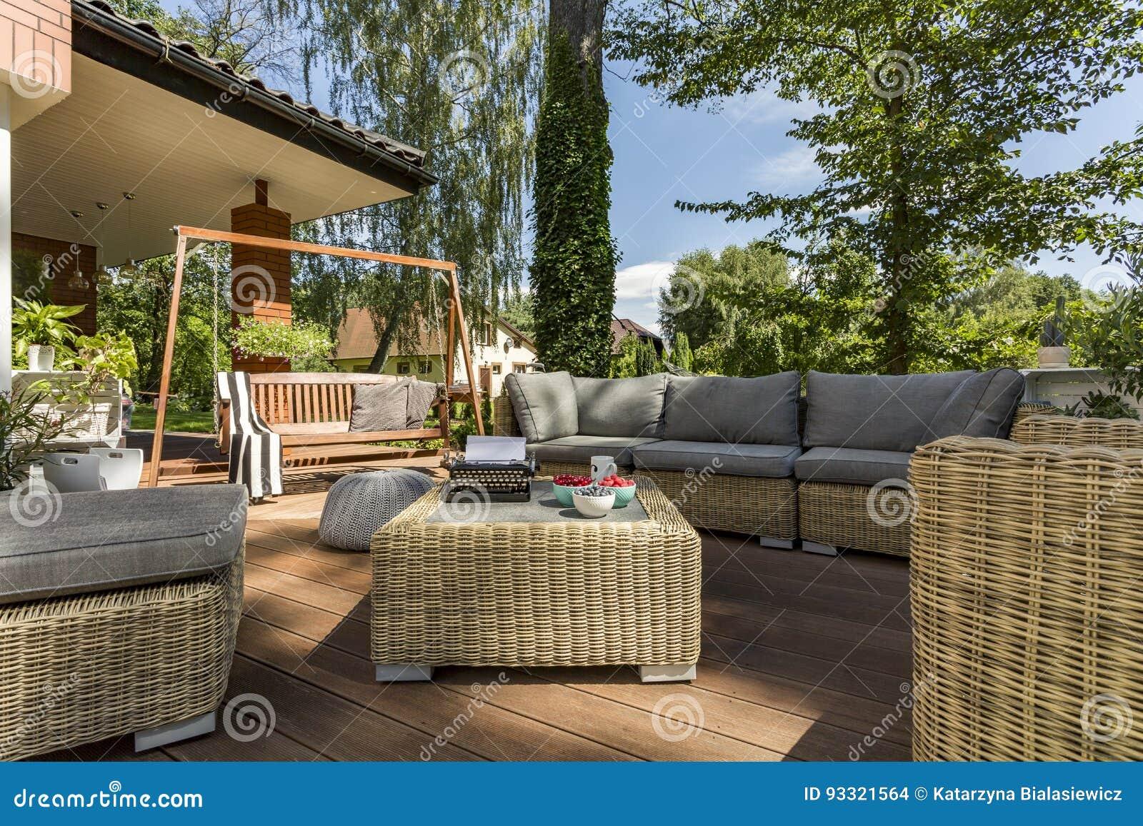 Comfortabel terras met rieten meubilair stock foto afbeelding