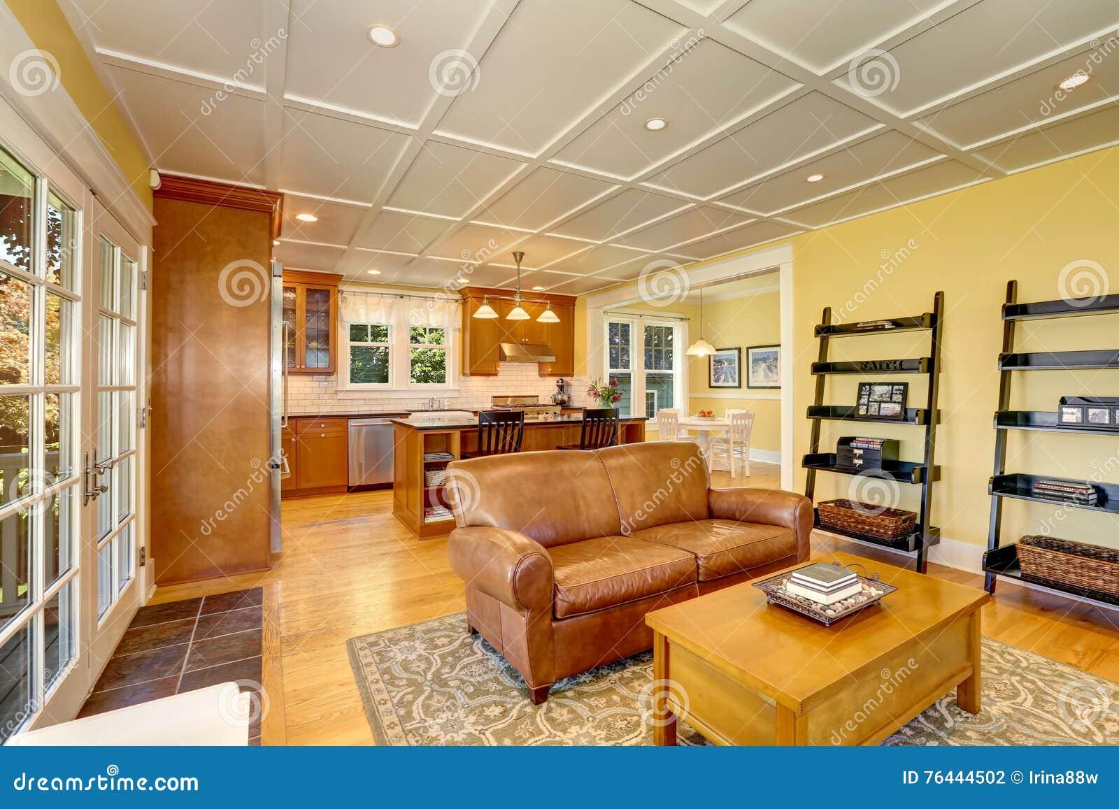 Comfortabele Amerikaanse Woonkamer Met Pastelkleur Gele Muren Stock ...