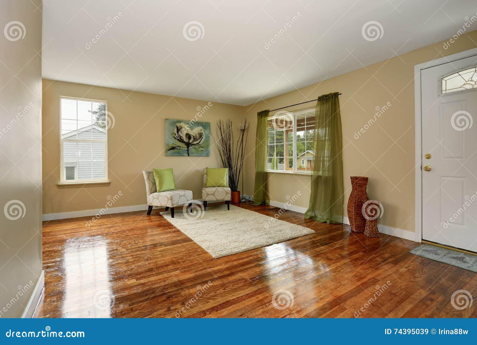 Comfortabele Beige Woonkamer Met Glanzende Hardhoutvloer En Groen ...