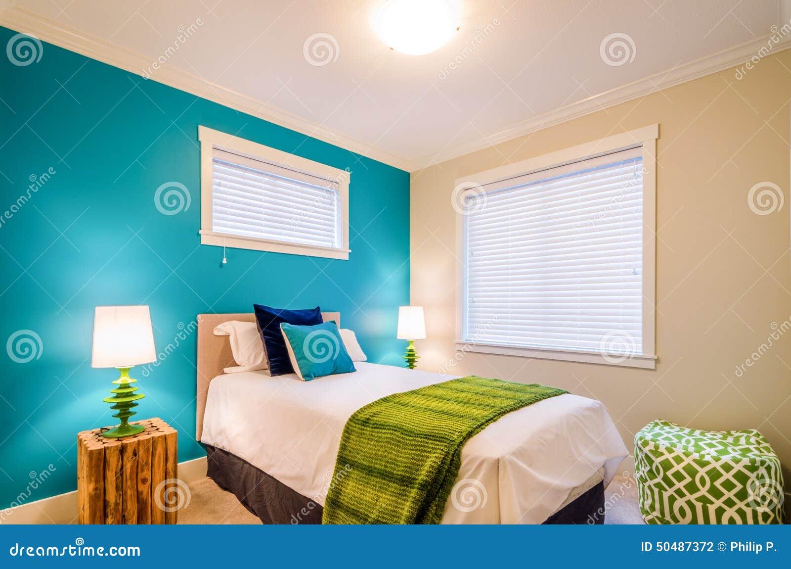 Comfortabele blauwe en groene slaapkamer binnenlands ontwerp stock ...
