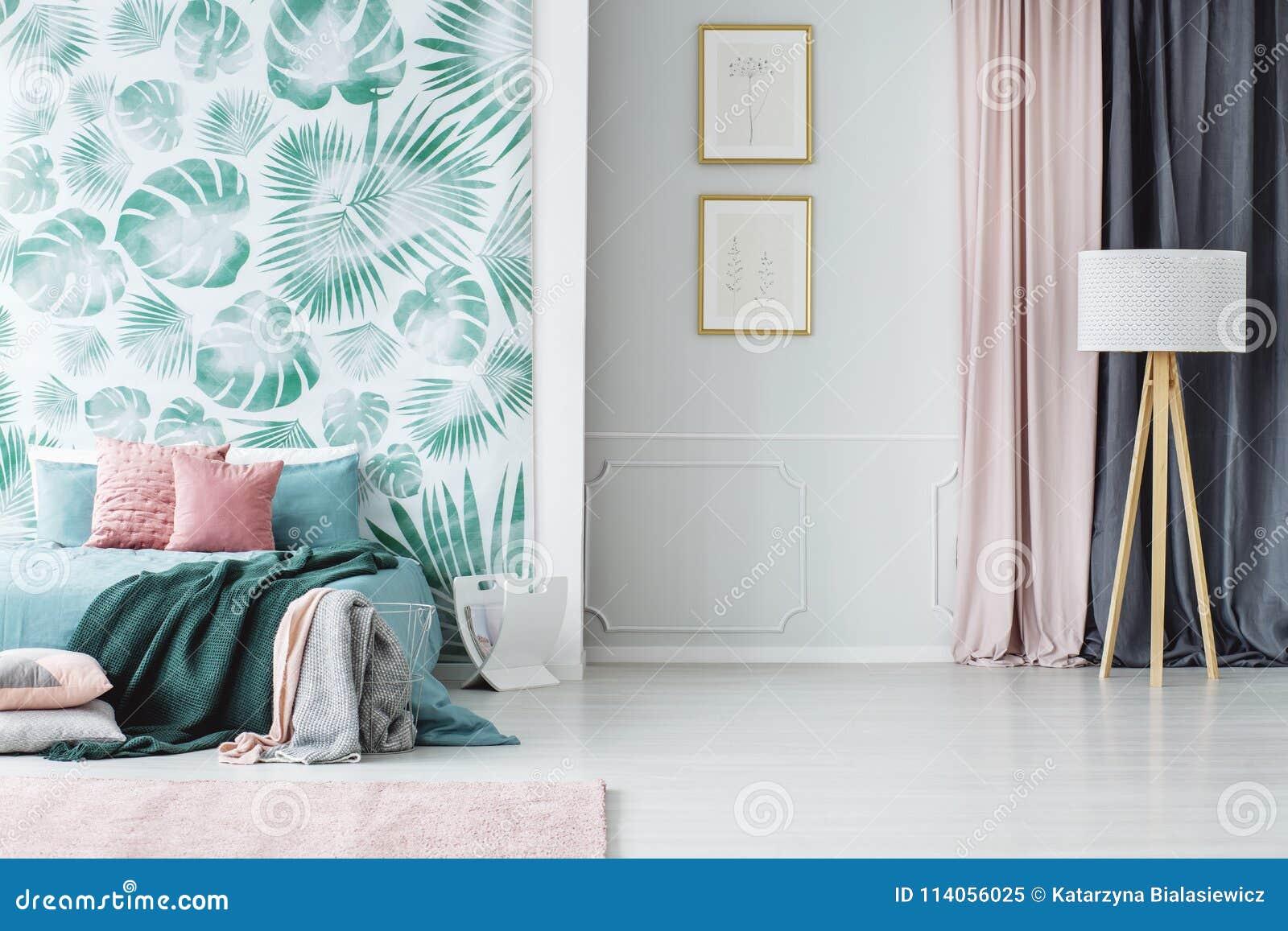 Slaapkamer Lamp Roze : Comfortabele groene en roze slaapkamer stock afbeelding afbeelding