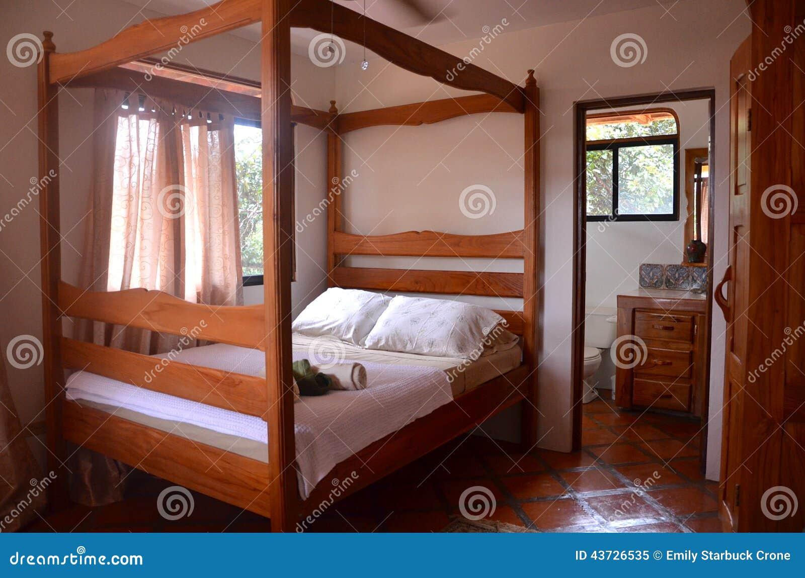 Leuke Kleine Slaapkamers : Comfortabele kleine slaapkamer bij een terugtocht stock afbeelding