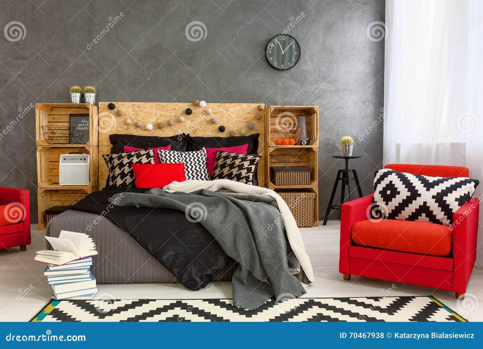 Comfortabele slaapkamer in grijs met mooie huisdecoratie stock