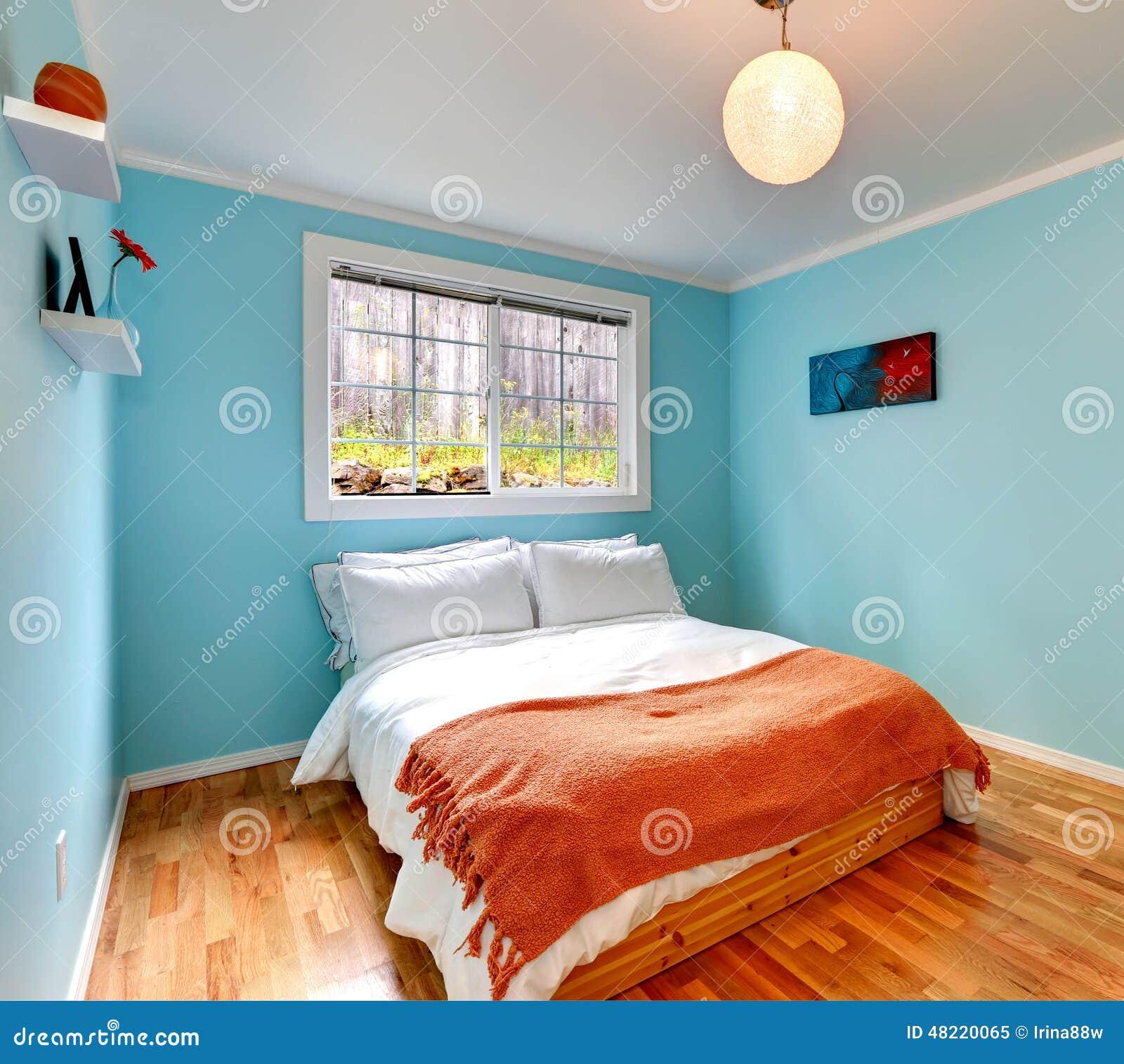 Comfortabele slaapkamer in lichtblauwe kleur stock foto ...
