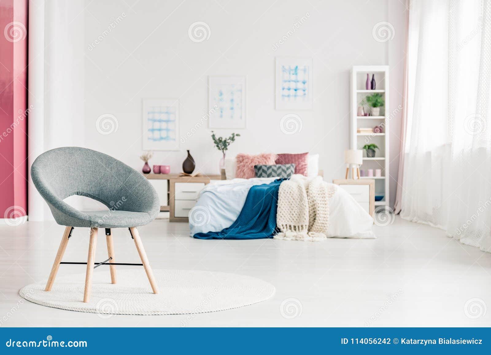 Stoel Voor Op Slaapkamer.Comfortabele Slaapkamer Met Grijze Stoel Stock Foto Afbeelding