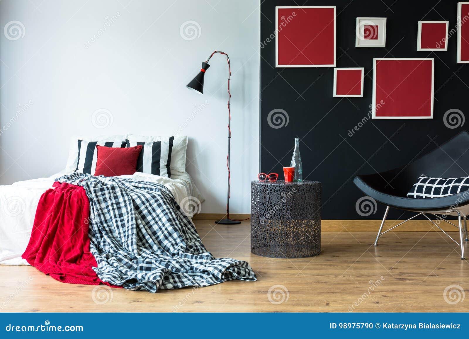 Comfortabele Slaapkamer Met Rode Schilderijen Stock Foto ...