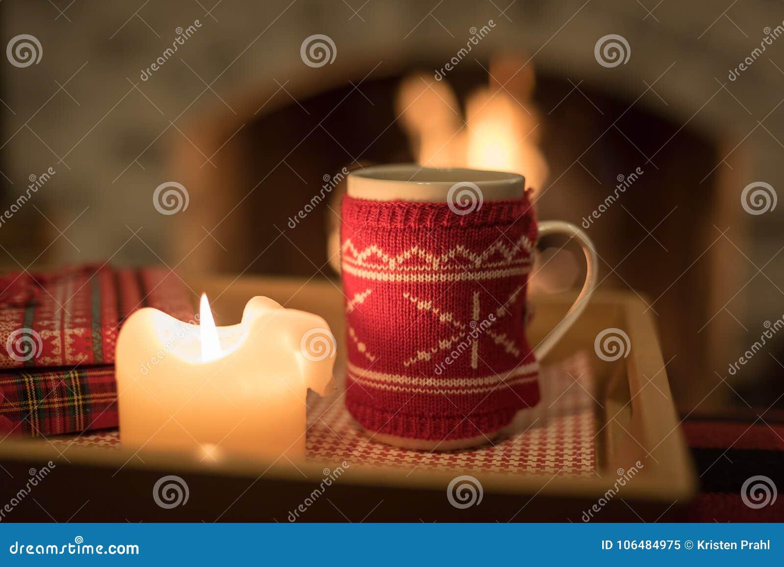 Comfortabele warme drank door de brand