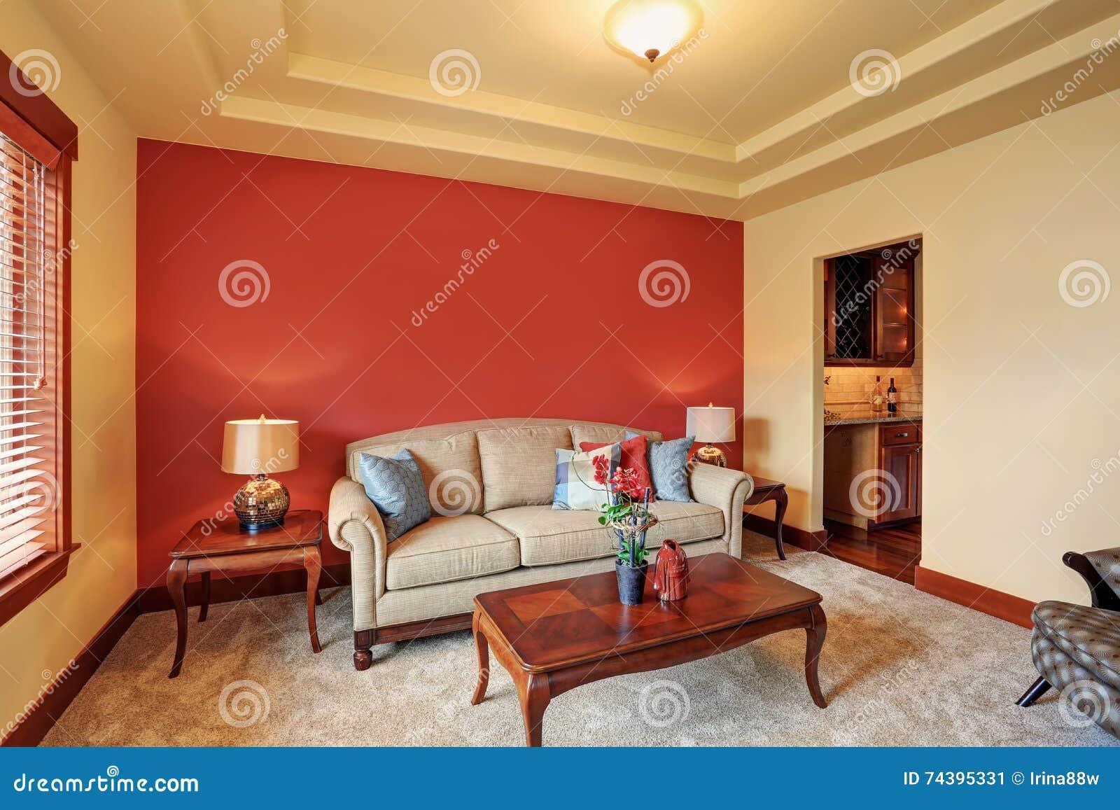 10 Comfortabele Woonkamers : Comfortabele woonkamer met antieke beige erachter bank en rode