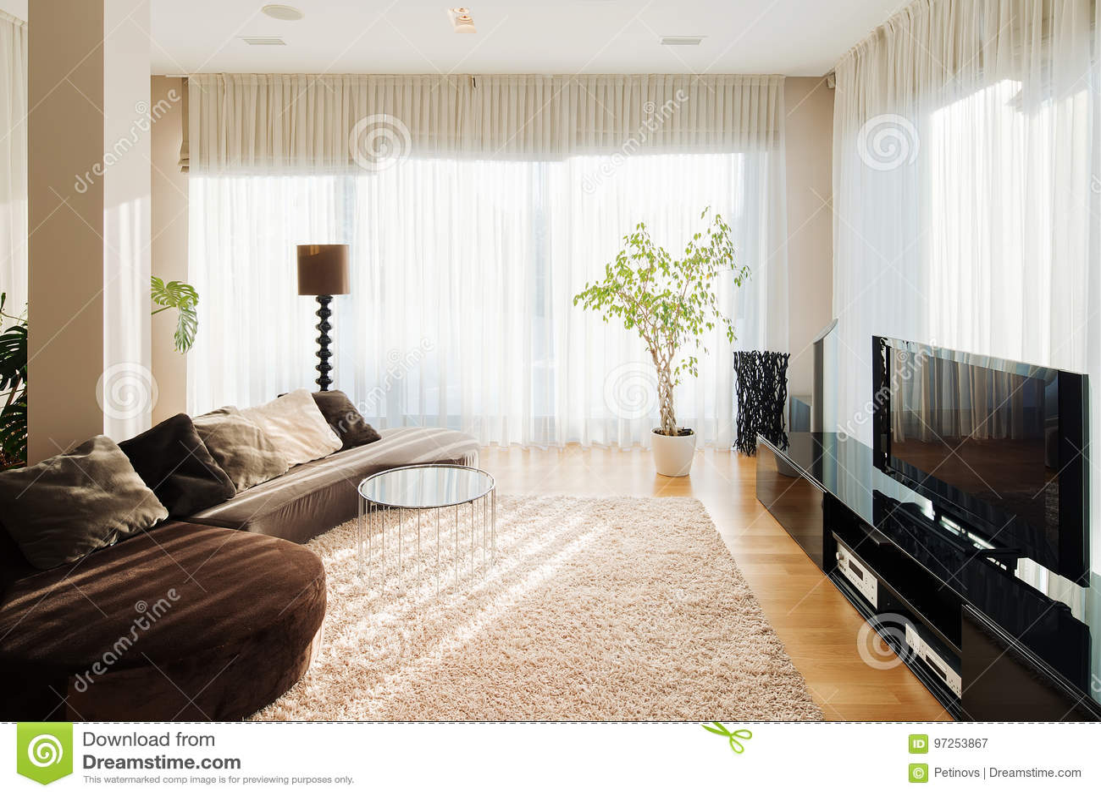 https://thumbs.dreamstime.com/z/comfortabele-woonkamer-met-lange-bank-en-tv-reeks-97253867.jpg