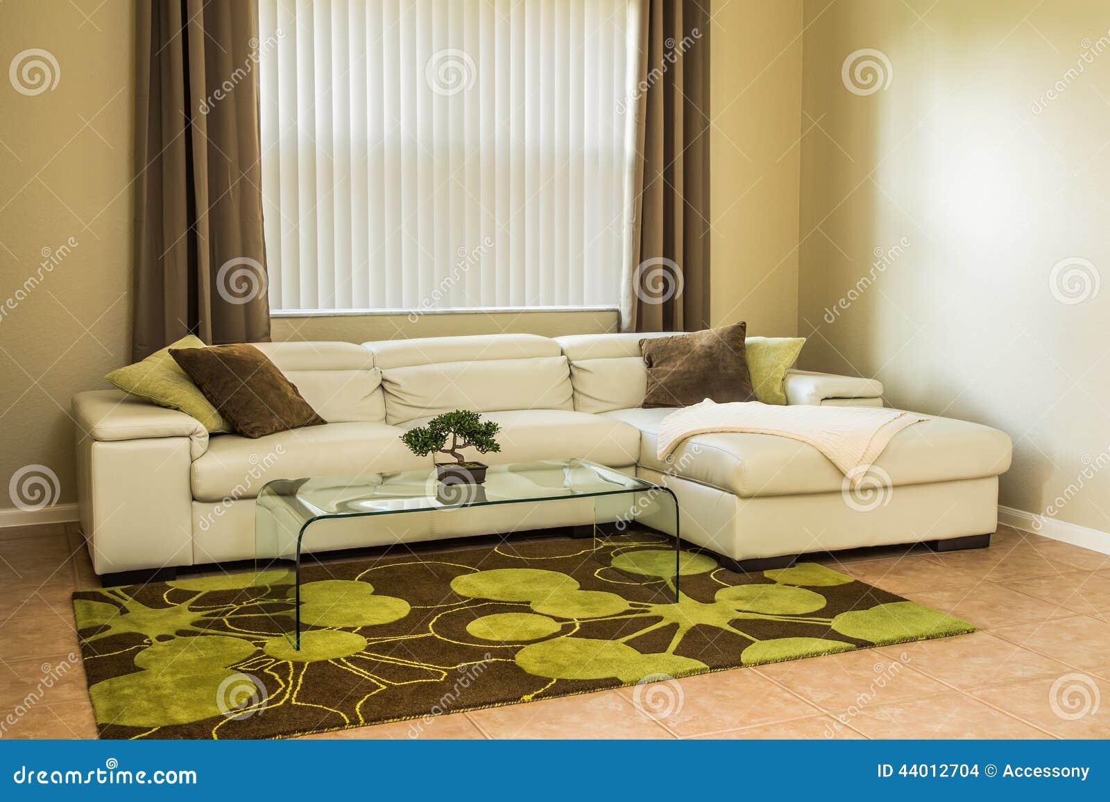 Comfortabele woonkamer in olijf groene kleuren stock foto ...