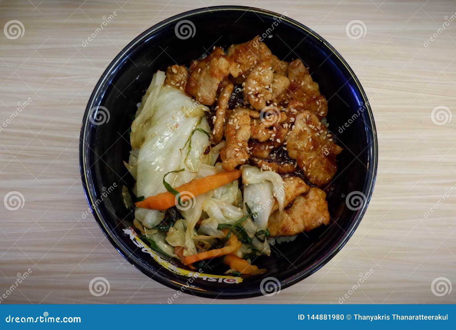 Comida, arroz y cerdo japoneses con la salsa