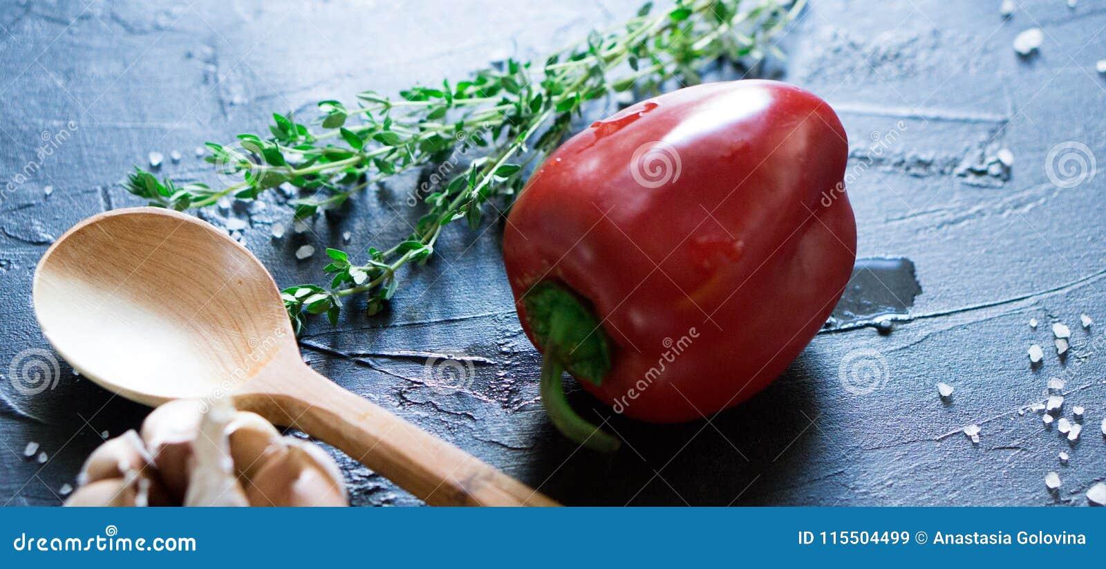 Comida búlgara o húngara tradicional: paprika rellena con la carne