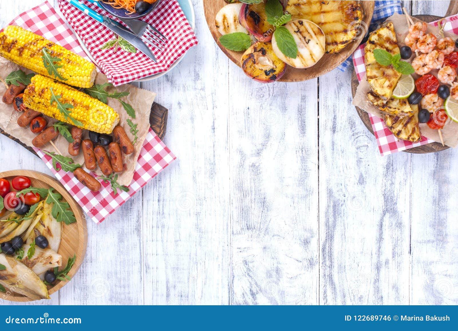 Comida campestre con la comida asada a la parrilla Diversas verduras y frutas en la barbacoa y los mariscos, camarón Almuerzo del